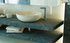 Aplicación de materiales naturales para renovar el baño